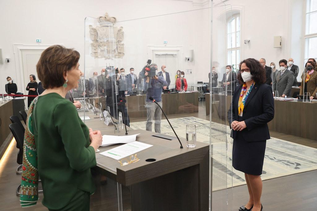 Salzburg hat eine neue Landesrätin für Bildung, Natur und Nationalpark: Daniela Gutschi wurde von LTP Brigitta Pallauf (li.) angelobt.