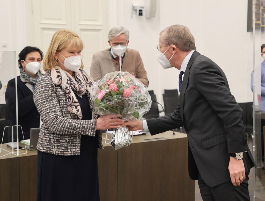 Neu im Landtag ist Daniela Rosenegger aus Hof. Sie wird von LH Wilfried Haslauer mit einem Blumenstrauß begrüßt.