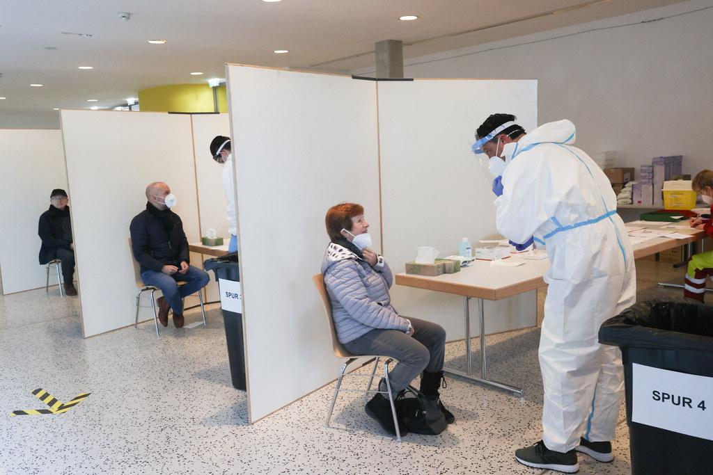 Die Teststation in Oberndorf wurde aufgrund des gestiegenen Interesses über das Wochenende auf fünf Teststraßen erweitert.