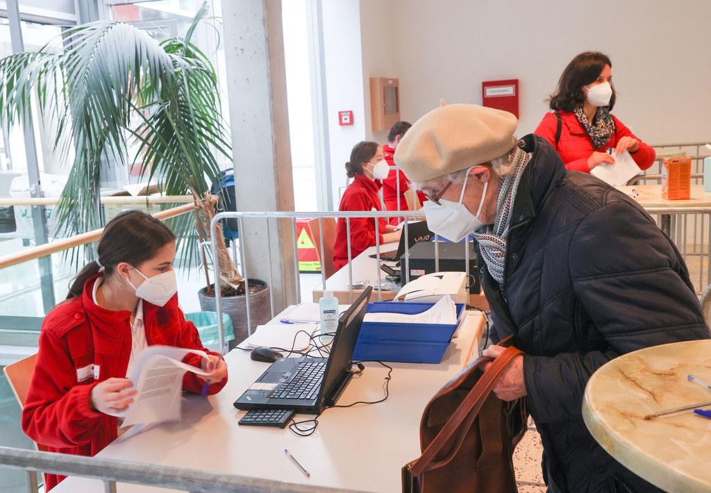 Von Jung bis Alt herrscht in der Teststation in Oberndorf großer Andrang. Die Mitarbeiter des Roten Kreuzes stehen dabei hilfreich und freundlich zur Seite.