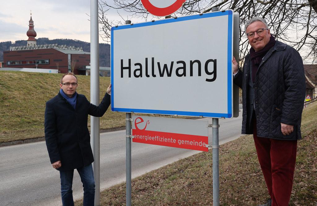 Auch Hallwang ist im e5-Programm des Landes Salzburg. Im Bild: Bgm. Joahnnes Ebner und LH-Stv. Heinrich Schellhorn.