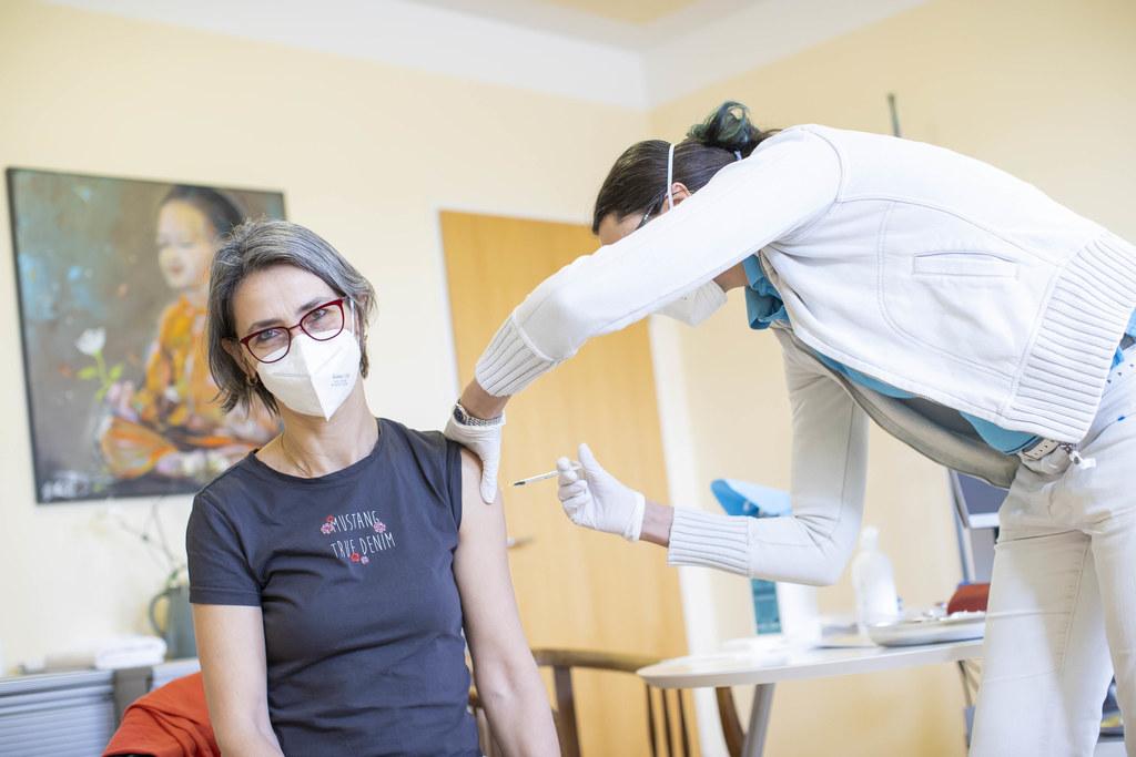 Landessanitätsdirektorin Petra Juhasz wurde heute im Rahmen der heute begonnenen Immunisierung der niedergelassenen Ärzte gegen Corona geimpft.