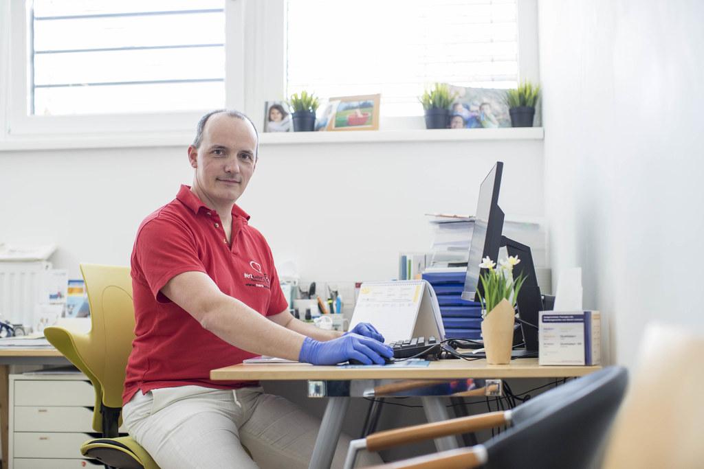Dr. Richard Barta, Mitglied im Vorstand der Salzburger Ärztekammer, beantwortet bei der zweiten Corona-Expertenrunde die Fragen der Salzburgerinnen und Salzburger.