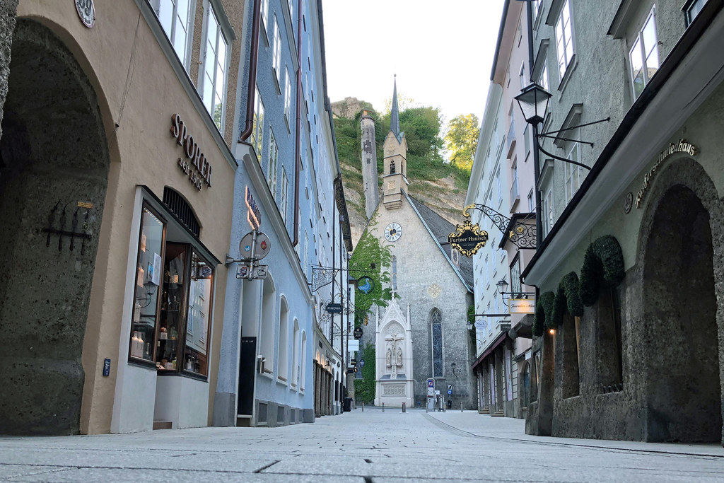 Die tagsüber menschenleere Getreidegasse in der Stadt Salzburg während des ersten Lockdowns. Ein Bild, das bis zum März 2020 unvorstellbar war.