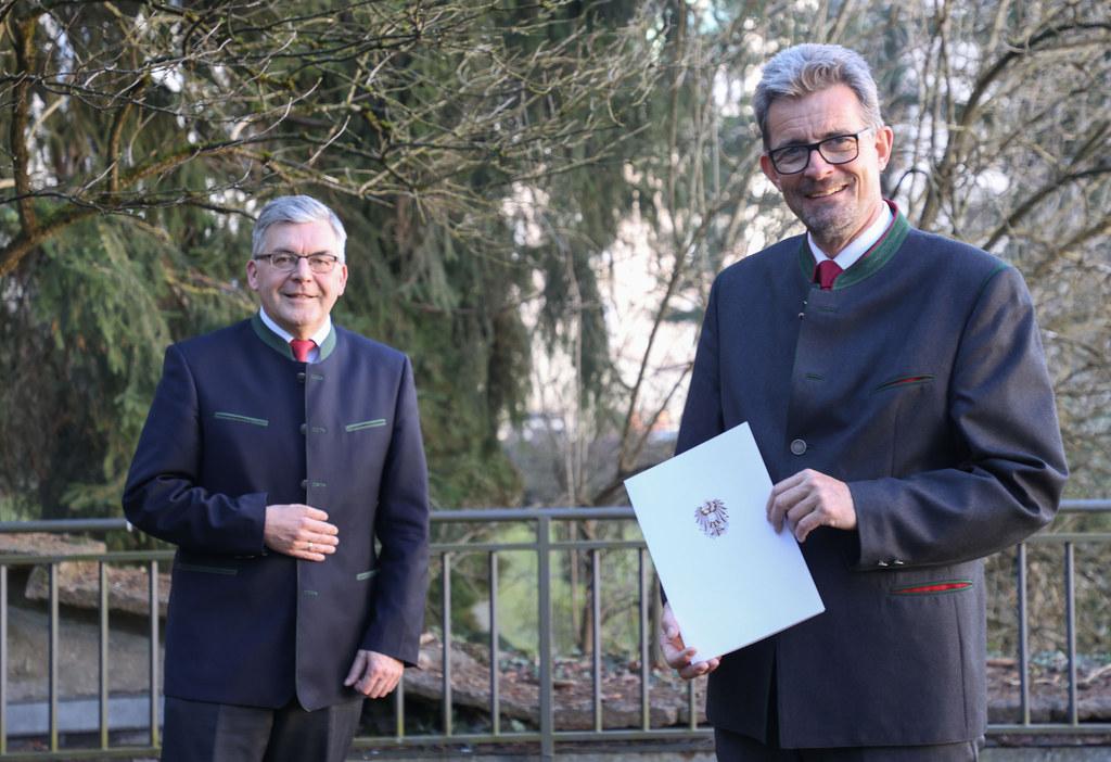 Kürzlich überreichte LR Josef Schwaiger das Dekret zur Verleihung des Berufstitels Hofrat an Christoph Faistauer.