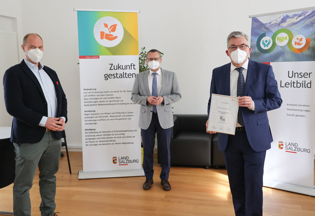 LR Josef Schwaiger mit Christoph Gappmaier, Referatsleiter Personalgewinnung und Bedienstetenschutz, und Karl Premißl, Fachgruppenleiter Personal. Sie freuen sich über die Auszeichung für das Recruiting des Landes.