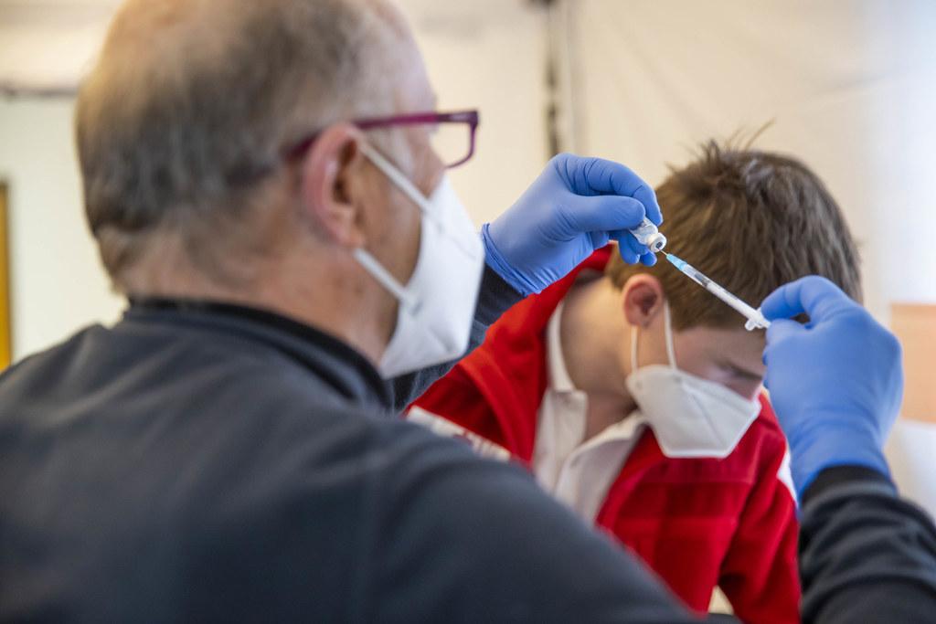 Verimpft werden derzeit drei zugelassene Impfstoffe. Die Empfehlung von Astra Zeneca für auch über 65-Jährige erleichtert die Logistik, da dieser nicht so hochsensibel gelagert und transportiert werden muss.