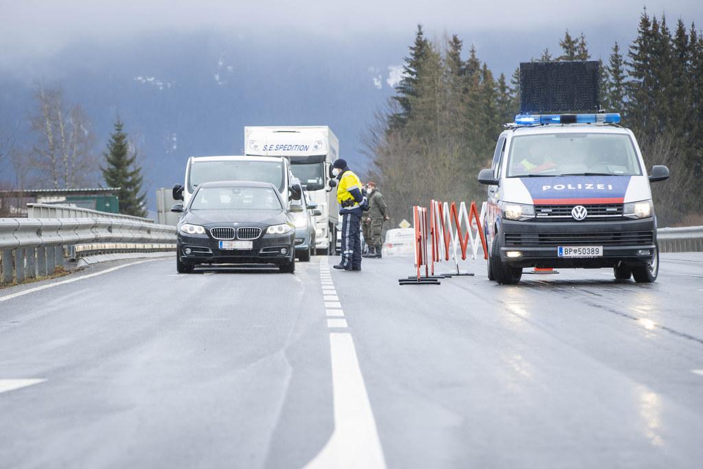 Seit heute Mitternacht gelten an den Ortsgrenzen von Radstadt und Bad Hofgastein Ausfahrtsbeschränkungen. Hier die Polizei bei der Kontrolle in Radstadt.