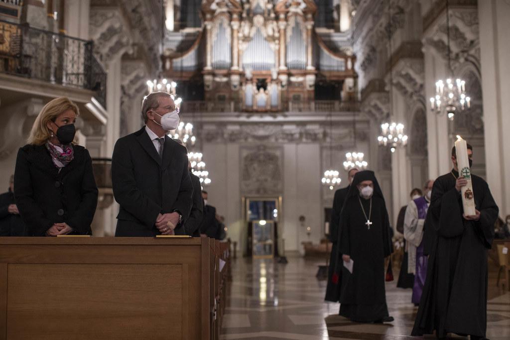 Ökumenischer Gottesdienst für Opfer und Betroffene der Covid-19-Pandemie, im Bild LH Wilfried Haslauer mit Ehefrau Christina.