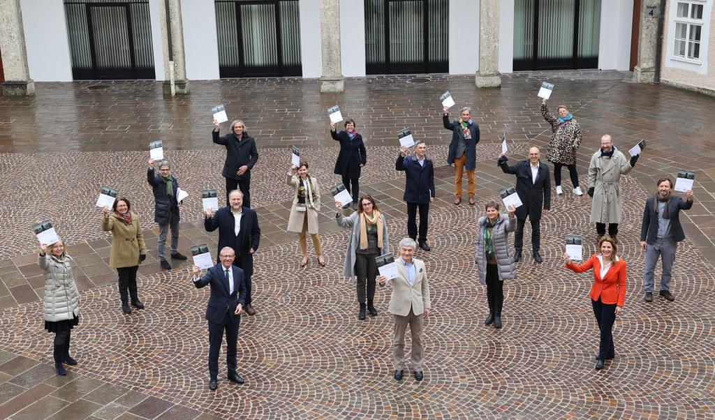 Gemeinsam in eine digitale Zukunft: LH Wilfried Haslauer und LTP Brigitta Pallauf mit den Direktoren der Landesmuseen.