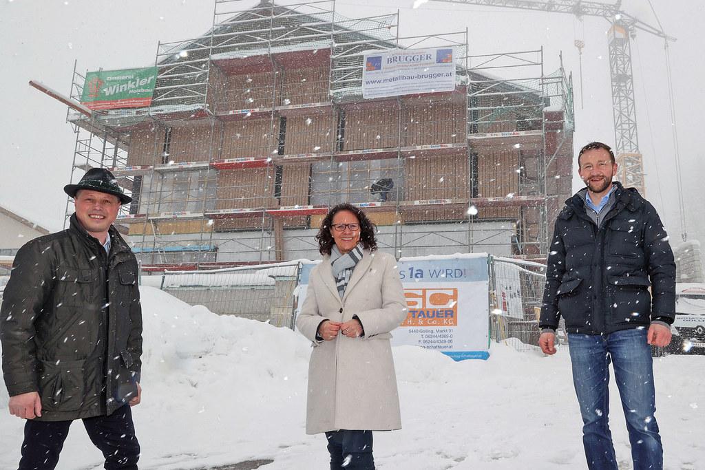 Bgm. Herbert Walkner, LR Daniela Gutschi und Matthias Neureiter (Salzburg Wohnbau) beim Lokalaugenschein der Sanierung von Volksschule und Kindergarten in St. Koloman.