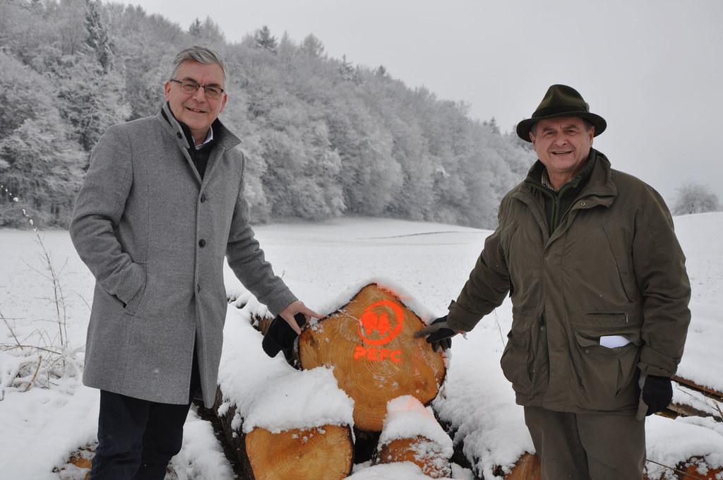 Mehr als drei Viertel der gesamten Holzernte im Land Salzburg waren 2019 auf Schadholz nach Naturereignissen zurückzuführen. LR Josef Schwaiger und Waldverbandsobmann Rudolf Rosenstatter setzen nun auf klimafitte Bäume.