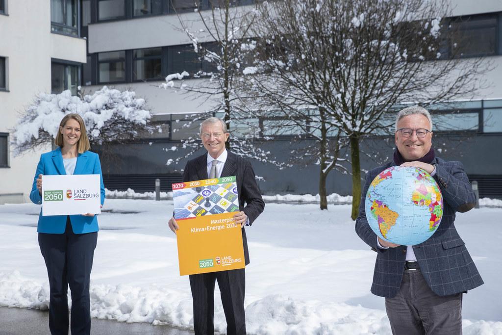 Die Spitzen der Landesregierung sind sich beim Fahrplan für Klima + Energie einig. V.l. LR Andrea Klambauer, LH Wilfried Haslauer und LH-Stv. Heinrich Schellhorn