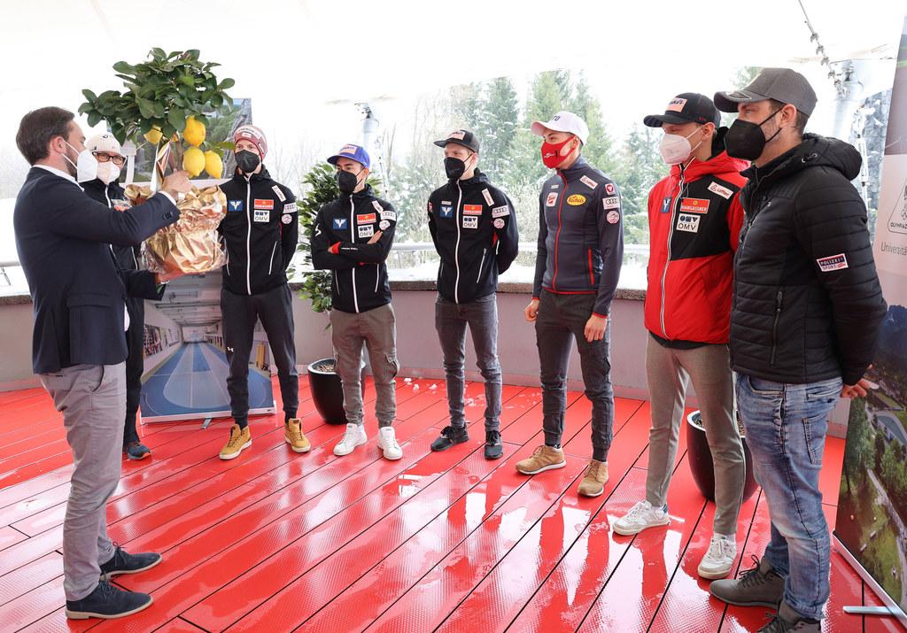 LR Stefan Schnöll überreichte den Sportlern ein kleines Erinnerungsgeschenk.