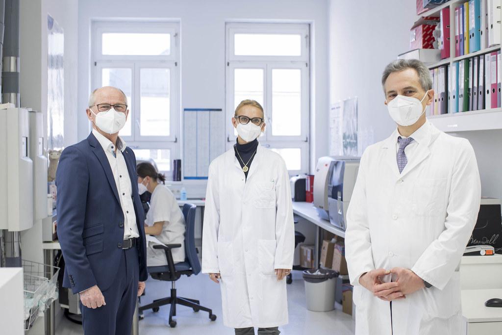 LH-Stv. Christian Stöckl überzeugte sich mit Lisa Pleyer und Richard Greil, Infektiologe und Vorstand der Uniklinik für Innere Medizin III, von der Voll-Genomsequenzierung.