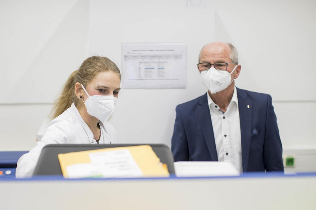 LH-Stv. Christian Stöckl ließ sich von einer Mitarbeiterin des Labors die Voll-Genomsequenzierung zeigen.