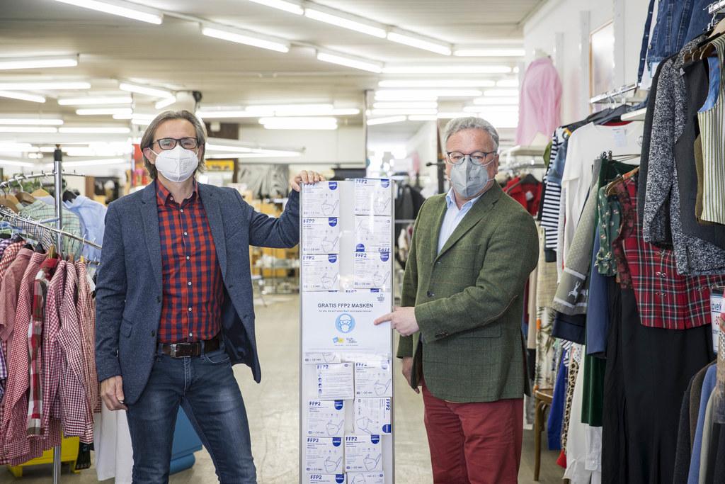 Bei mehr als 20 Ausgabestellen im gesamten Bundesland können gratis FFP2-Masken von Einkommensschwachen abgeholt werden. LH-Stv. Heinrich Schellhorn war heute beim Secondhand-Shop TAO Mode-Circel in Salzburg-Lehen vor Ort (im Bild mit Geschäftsführer Christian Moik).