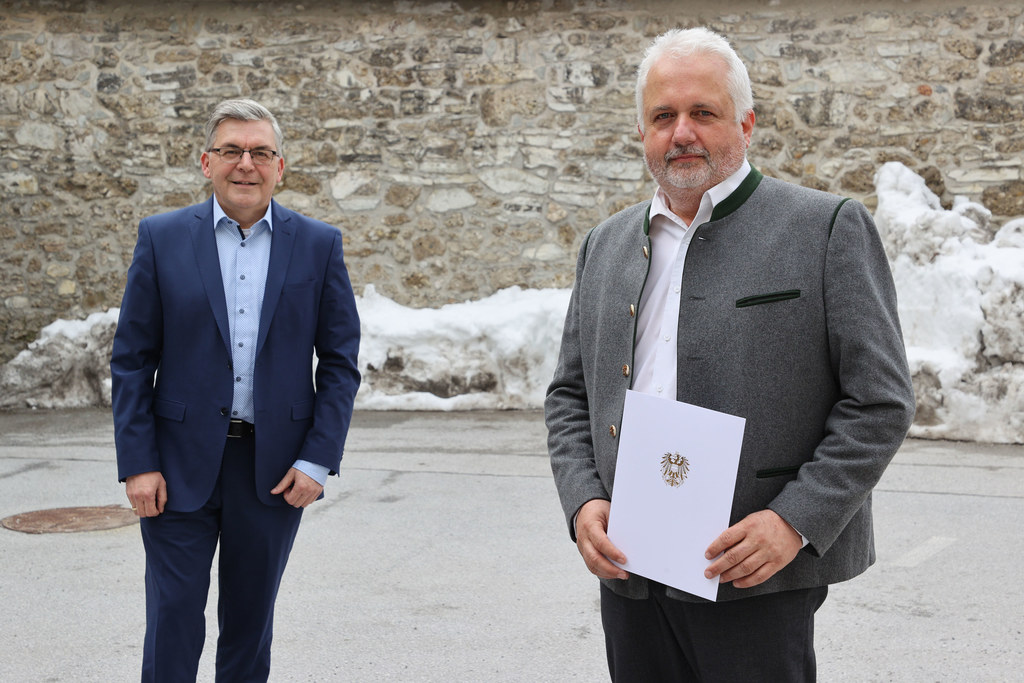 Das Wasser ist sein Element: Thorsten Bungart mit seinem Dekret zur Verleihung des Berufstitels Regierungsrat durch LR Josef Schwaiger.