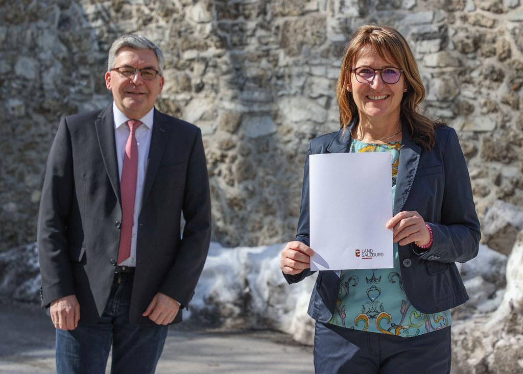 Margarete Buchsteiner, im Bild mit LR Josef Schwaiger, ist Spezialistin für Bädertechnik und Wasseraufbereitung und nun auch Regierungsrätin.