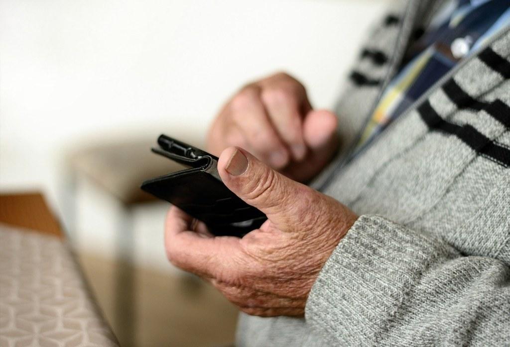Zweimal pro Woche darf man in Seniorenwohnhäusern Besuch empfangen. Über einen Anruf mit seinen nächsten Angehörigen kann man darüber hinaus noch mehr in Kontakt bleiben.