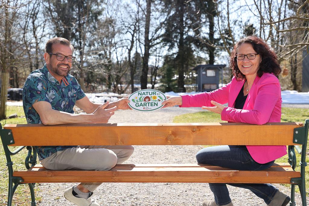 Gartenexperte Karl Ploberger und LR Daniela Gutschi hoffen, dass noch mehr Salzburger Gärten wahre Paradiese für Tier- und Pflanzenwelt werden.