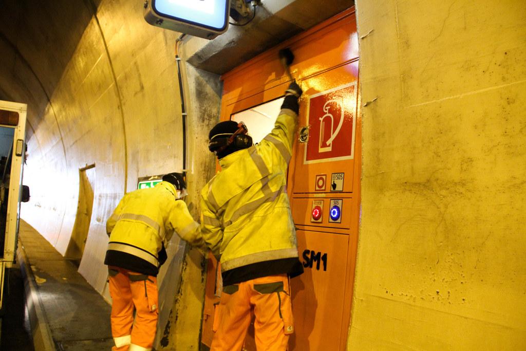 Florian Lerch und Christian Wallner reinigen die lebenswichtige Rettungsnische. Es wird nichts ausgelassen, denn der Dreck kriecht in jede Ritze.