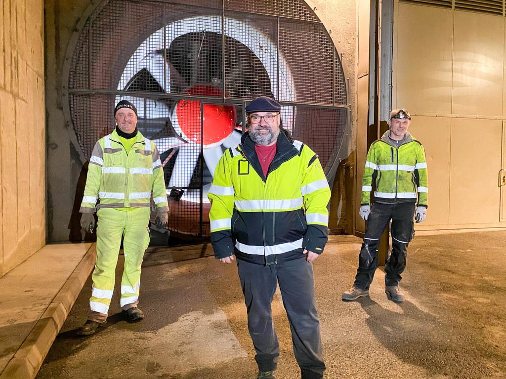 Sepp Streitberger (Mitte) leitet die Tunnelwarte mit Hannes Pirnbacher und Christian Bründlinger zeigt uns das Herzstück der Belüftung.