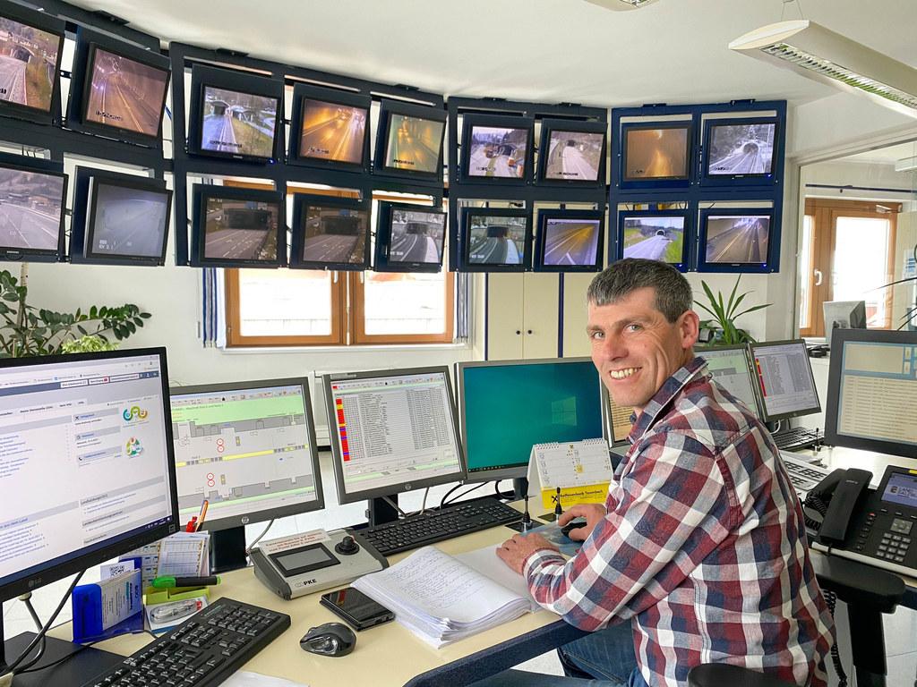 Johannes Meißnitzer hat in der Leitzentrale in Bruck alles im Blick. Jedes Notruftelefon, jeder Schalter wird ausprobiert, damit im Ernstfall alles funktioniert.