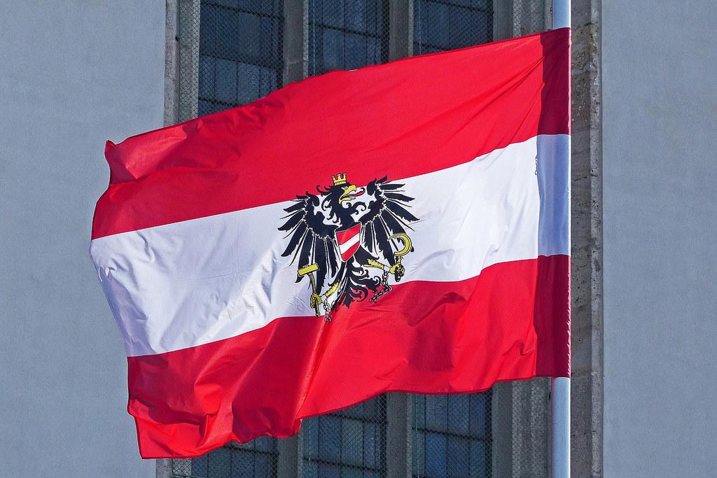 Die Bundesflagge auf Halbmast zeigt: Österreich gedenkt der Corona-Opfer.