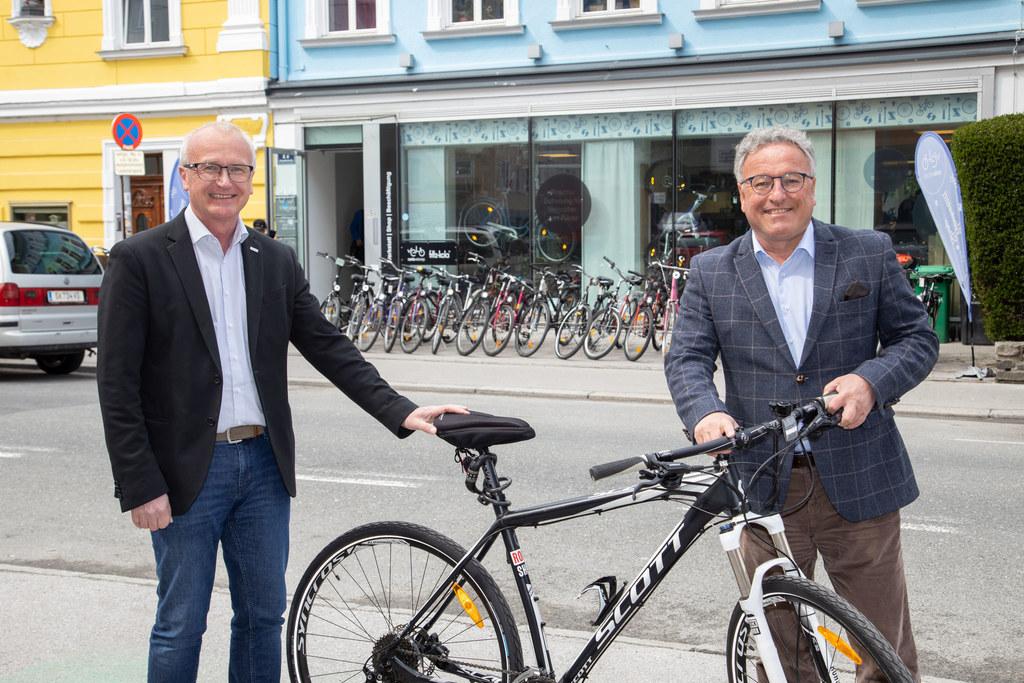 Caritas-Direktor Johannes Dines und LH-Stv. Heinrich Schellhorn vor carlavelorep: Radler und junge Menschen profitieren.