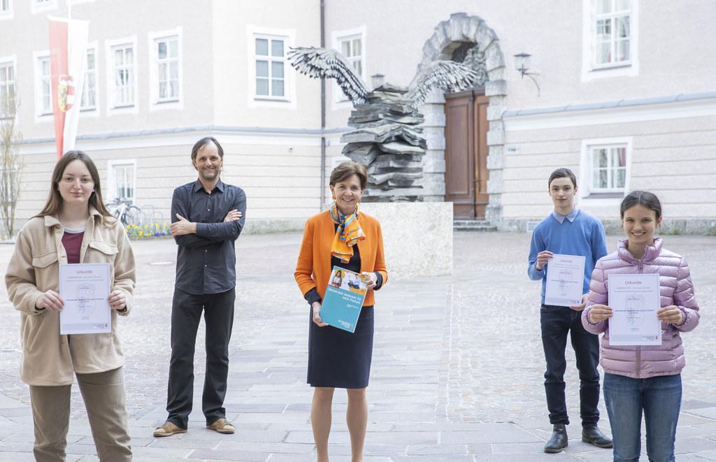 LTP Brigitta Pallauf mit den Siegern des Kreativwettbewerbs 2020: Lena Eder, Johannes Metz und Alja Pausch  (Archivfoto)