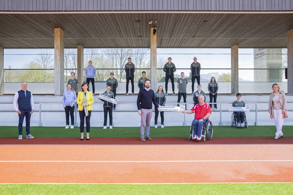 Im Rahmen einer Pressekonferenz wurden heute die Mitglieder des Salzburger Olympiakaders Paris 2024 offiziell präsentiert. Im Bild v.l.n.r.: Hans-Peter Steinacher (Jury), Susanne Riess (Jury), LR Stefan Schnöll, Walter Pfaller (GF LSO), Alexandra Meissnitzer (Jury) im Hintergrund die Athletinnen und Athleten des Salzburger Olympiakaders Paris 2024.