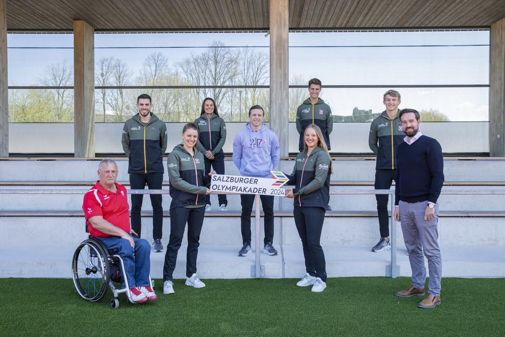 Die Flachgauer Athletinnen und Athleten stellen den größten Anteil des Olympiakaders 2024. Hier im Bild mit LSO-GF Walter Pfaller und LR Stefan Schnöll.