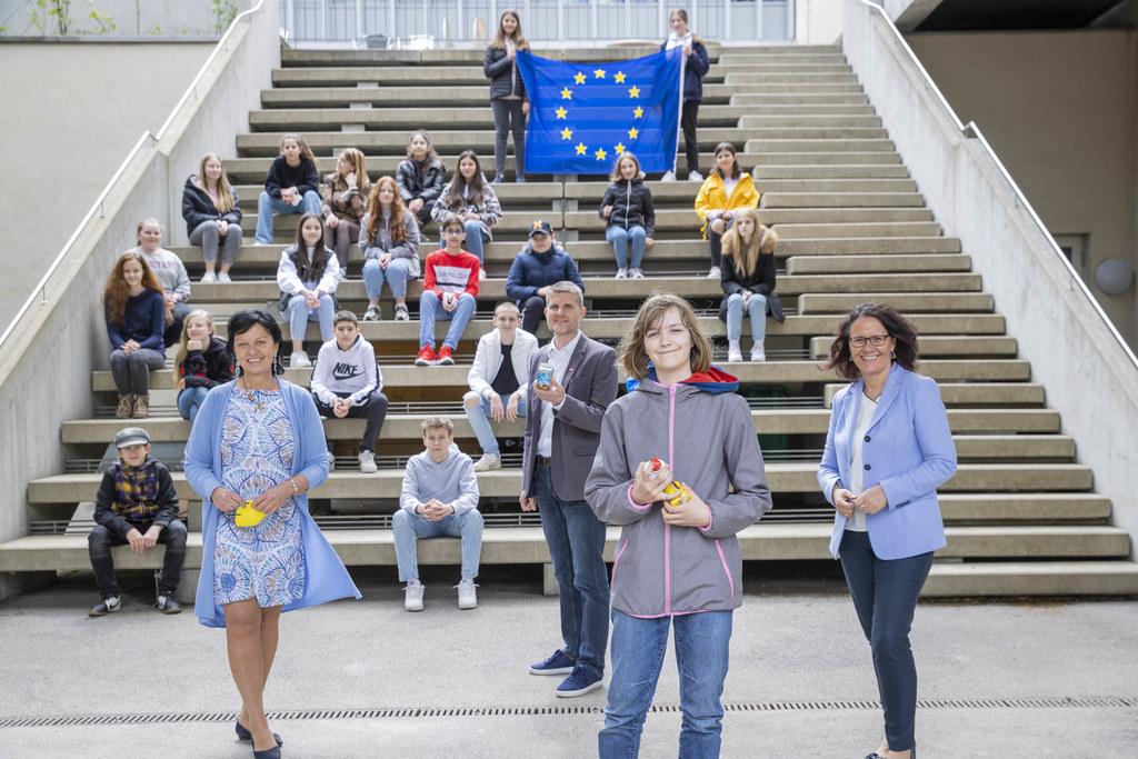 Mit der Salzburg Climate Challenge für ein gutes Klima: Gritlind Kettl (Europe Direct), Florian Schwap (Salzburg Milch) , Eva Sterzl (Siegerin, MS Maxglan II) und LR Daniela Gutschi