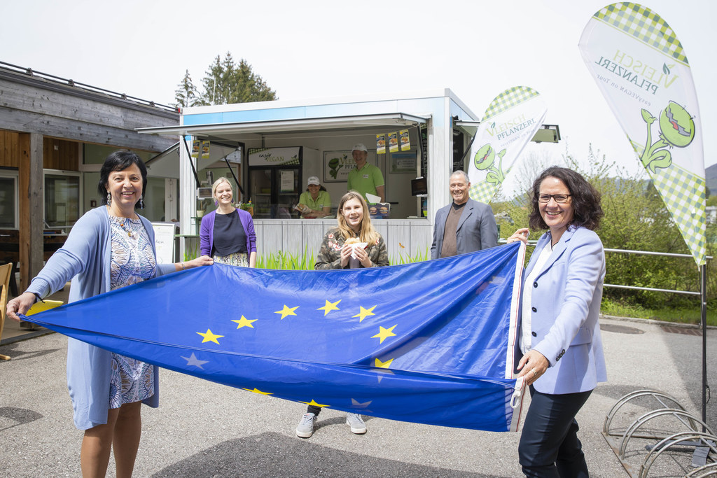 Ebenfalls Gewinnerin:  Schülerin Vivian Angelina Raubek von der 3d der MS Goldenstein (3.v.l.) mit Gritlind Kettl (Europe Direct), Lehrerin Vera Duft, Direktor Wolfgang Brudl und LR Daniela Gutschi