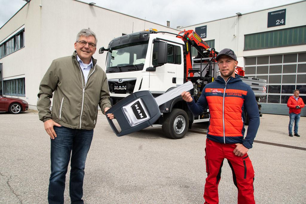 """LR Josef Schwaiger: """"Mit dem neuen Kran-Lkw wird die Arbeit beim Wasserbau noch effizienter."""" Fahrer Marcel Sommerbichler hat bereits die erste Testrunde absolviert."""