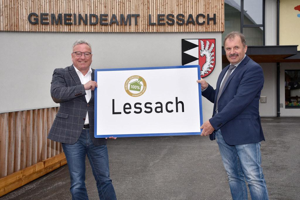 """LH-Stv. Heinrich Schellhorn und Bürgermeister Peter Perner bei der Überreichung der neuen Ortstafel """"Fossilfreie Gemeinde""""."""