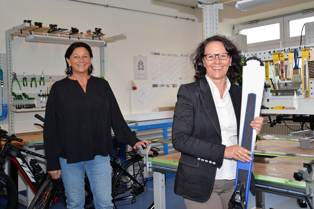 150.000 Euro hat das Land Salzburg in die Werkstätten für die neuen Lehrberufe Sportgerätefachkraft und Fahrradmechatroniker in der Berufsschule Zell am See investiert. LR Daniela Gutschi hat sich mit Dir. Salome Rattensberger vom neuen Lernumfeld persönlich ein Bild gemacht.