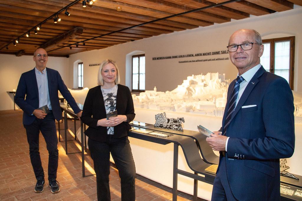 Ein neuer Rundgang auf der Festung Hohensalzburg erwartet die Gäste. Max Brunner (GF Burgen und Schlösser), Szenografin Stephanie Fähnrich und LH-Stv. Christian Stöckl bei der Präsentation.