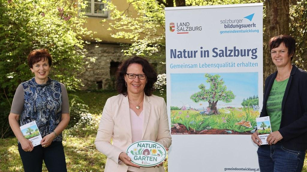 Anita Moser, LR Daniela Gutschi und Maria Fankhauser (re.) vom Bildungswerk haben die passenden Veranstaltungen zu mehr Natur in den Gemeinden, Firmen und im ganzen Land.