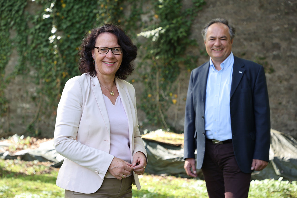 """Das Salzburger Bildungswerk, hier LR Daniela Gutschi und Dir. Richard Breschar, bietet ein dichtes Vortragsprogramm zu """"Natur in Salzburg"""" an."""