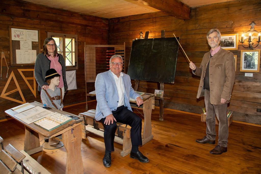 LH-Stv. Heinrich Schellhorn besuchte das Seelackenmuseum in St. Veit im Pongau und ließ sich von Museumskustodin Edeltraud Pirnbacher und Museumsvereinsobmann Heinz Krenn ein historisches Klassenzimmer zeigen.
