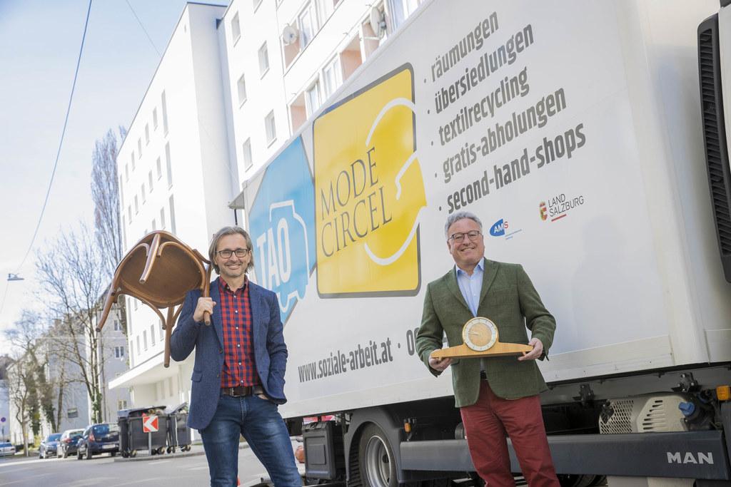 Wegwerfen oder doch jemand anderem eine Freude machen? LH-Stv. Heinrich Schellhorn und Soziale-Arbeit-Geschäftsführer Christian Moik empfehlen bei gut erhaltenen Möbeln und Kleidungsstücken zweiteres.