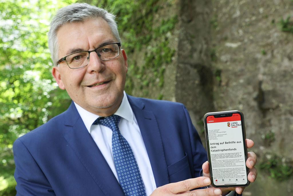 Anträge beim Katastrophenfonds kann man jetzt auch bequem über das Handy stellen. LR Josef Schwaiger hat schon getestet.