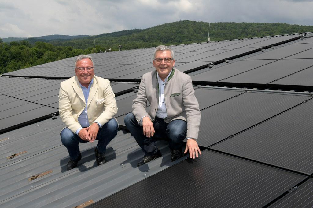Die PV-Anlage am Dach des Kuhstalls der LFS Winklhof erzeugt Strom aus Sonnenkraft für unter anderem die Milchkühlung, Heutrocknung und Elektrotankstelle. LH-Stv. Heinrich Schellhorn und LR Josef Schwaiger haben sich selbst ein Bild davon gemacht.