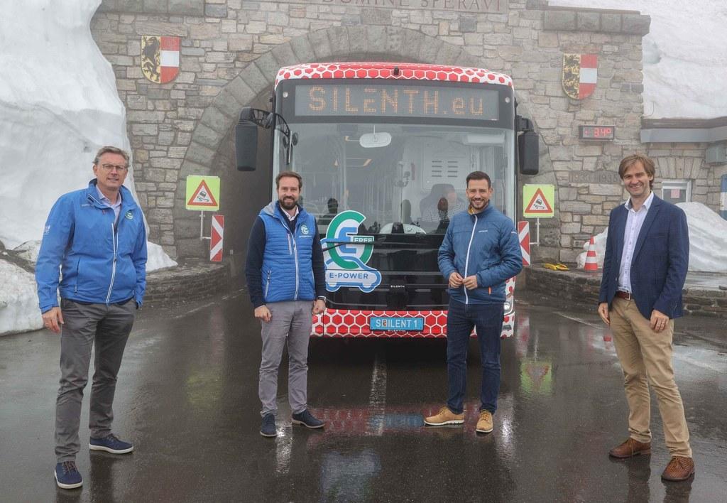 Ein E-Bus bestand erstmals das Glocknerkriterium. Johannes Hörl (Vorstand GROHAG), LR Stefan Schnöll, LR  Sebastian Schuschnig (Kärnten) und David Gruber (GF SILENTH.eu).