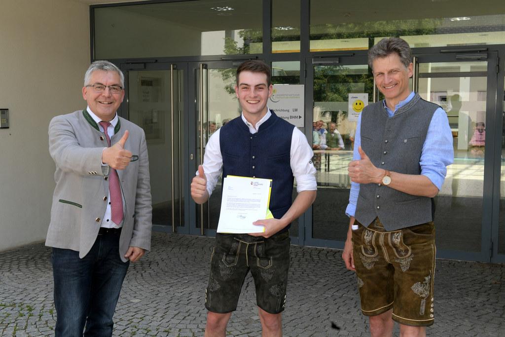 Acht Rostock-Preise wurden an die Absolventen der Fachrichtung Landwirtschaft vergeben. Im Bild Florian Hartl aus Henndorf mit LR Josef Schwaiger (l.)  und Direktor Johann Essl (Landwirtschaftsschule Kleßheim)