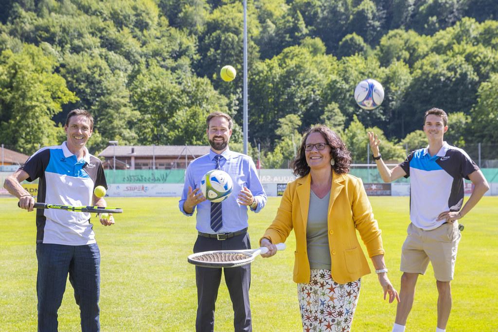 Tennis, Fußball und auch Englisch lernen: LR Daniela Gutschi und LR Stefan Schnöll sind von der Soccer Academy von Initiator Roland Kurz sowie seinem Sohn und Projektleiter Maximilian Kurz begeistert.