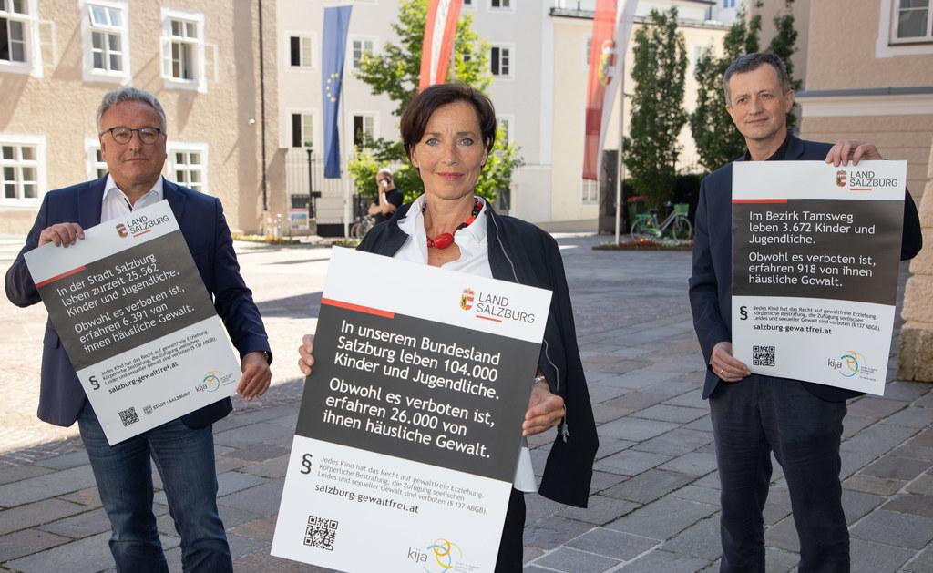 """LH-Stv. Heinrich Schellhorn, Andrea Holz-Dahrenstaedt und Roland Ellmer präsentieren die Kampagne """"Gewaltfreie Erziehung""""."""