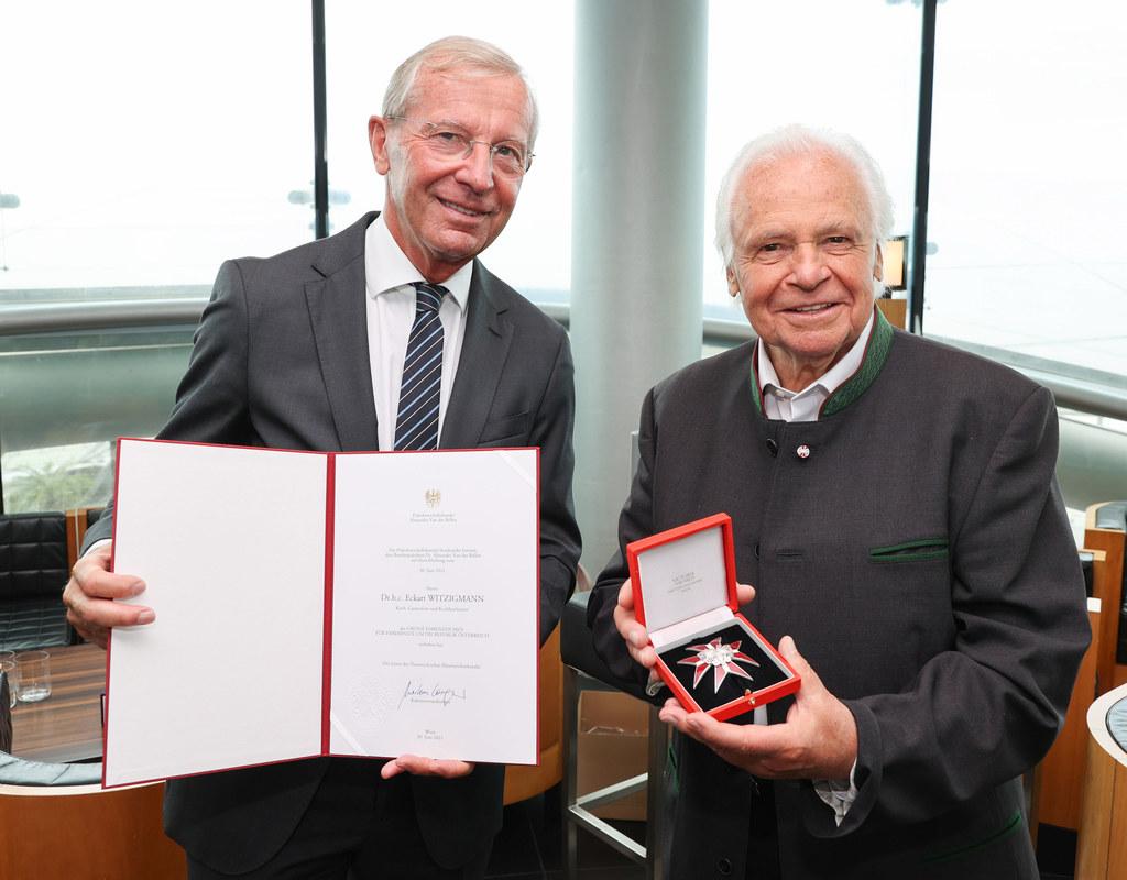 LH Wilfried Haslauer überreichte an die Kochlegende Eckart Witzigmann zu dessen 80. Geburtstag das Große Ehrenzeichen der Republik Österreich.